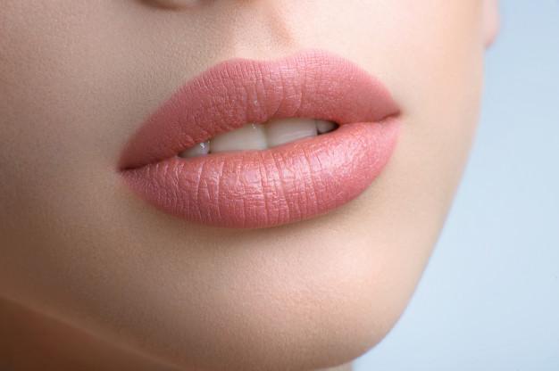 מדוע חומצה היאלורונית עדיפה על סיליקון בשפתיים?